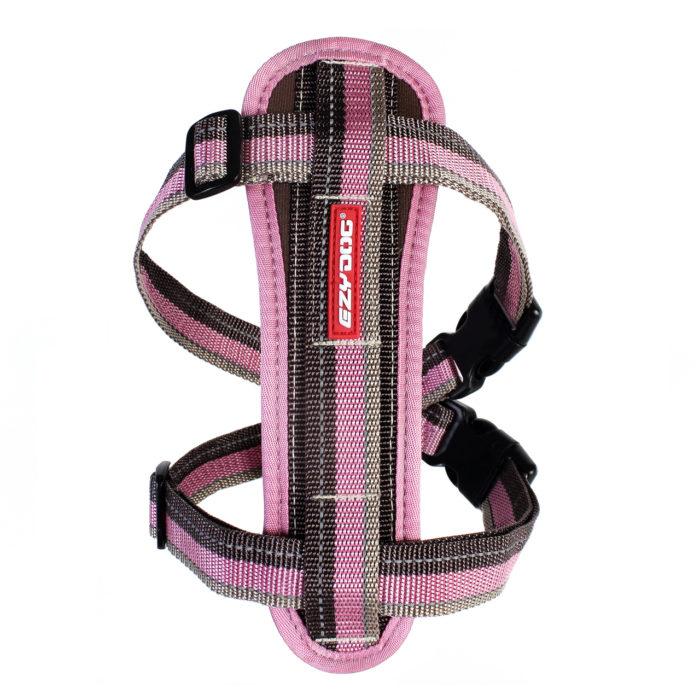 "ezydog狗體工學胸背帶特色。路克.海契爾為了愛犬""羅榤""在散步、運動和旅遊上可舒適使用,而設計出ezydog狗體工學胸背帶,特別為狗狗前胸舒適需求而開發出來的EVA記憶泡棉胸墊,給牠在行走時舒服又無負擔的支撐。此款寵物胸背帶非常容易使用,且非常適用控制較會拉扯的狗狗。胸帶上的反光條和不銹鋼D型環,保障狗狗每天散步…"