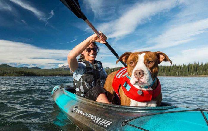 狗狗救生衣是出遊玩水必需品嗎?狗狗救生衣是出遊玩水必需品嗎?這個答案肯定是必需的!畢竟,不是每隻狗狗天生就適合游泳,而且,再怎麼厲害的游泳者,都有筋疲力盡的時候,更何況是狗狗呢?再加上,我們也無法確保水中是否有藏著看不見的危險,舉凡樹枝、塑膠袋、突如其來的海流等等…因此,帶狗狗出遊玩水時,穿上救生衣,才能真正的確保安全…